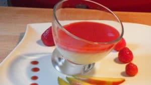 Recette de Panna cotta au chocolat blanc et coulis de fraises