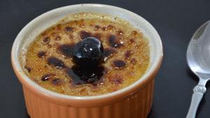 Recette de crème brulée aux cerises confites